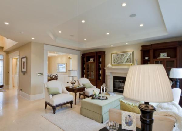 белая мебель в современной гостиной в классическом стиле
