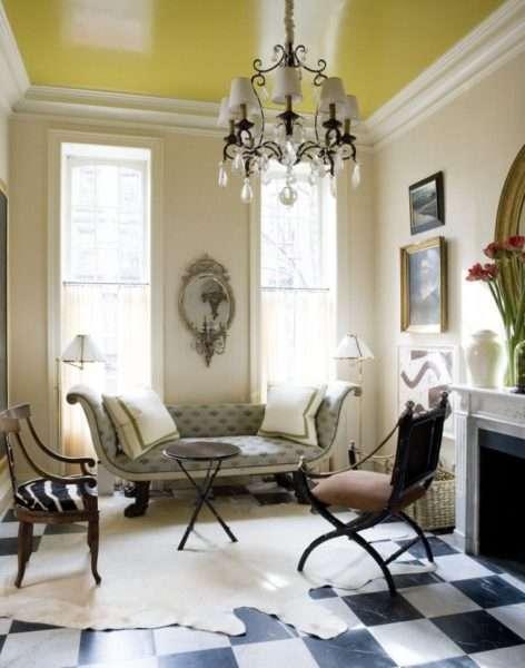 классический стиль гостиной с натяжным потолком