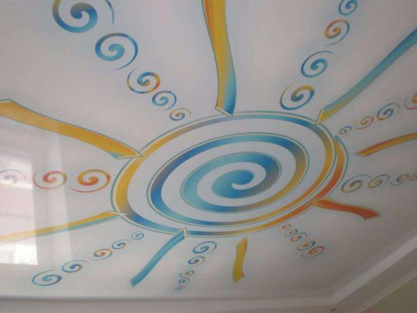 натяжной потолок в гостиной с рисунком