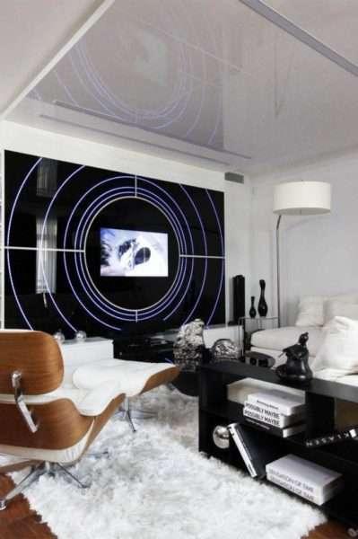 стильный белый натяжной потолок в гостиной