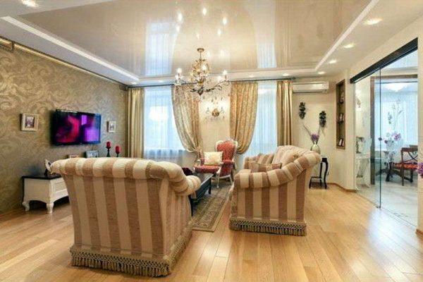гостинная в классическом стиле с натяжными потолками