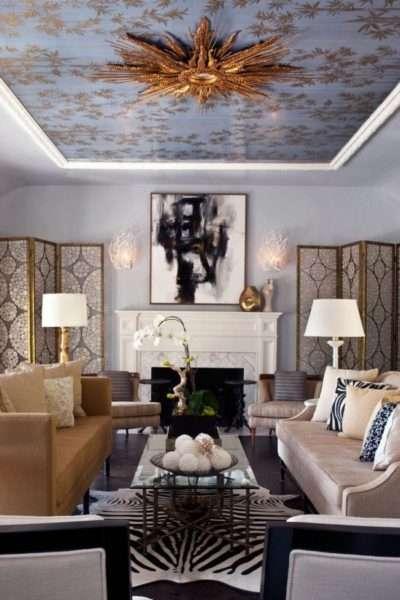 натяжной потолок с рисунком в гостиной