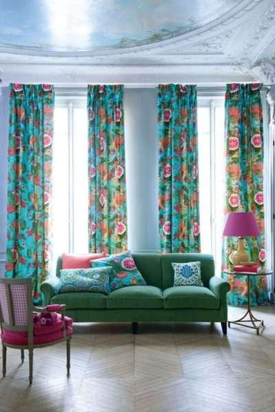 яркие шторы можно дополнить диванными подушками