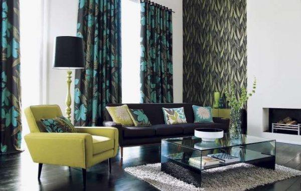 шторы с зелёным узором органично гармонирует с общим интерьером гостиной