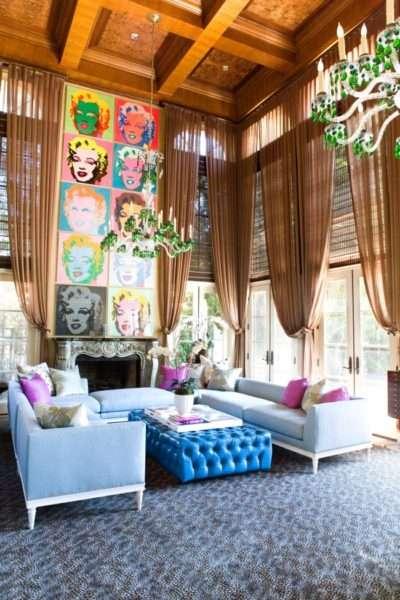 полупрозрачные шторы в интерьере гостиной в стиле поп арт