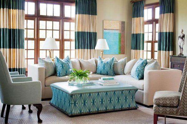 шторы сгоризонтальными полосками в интерьере гостиной