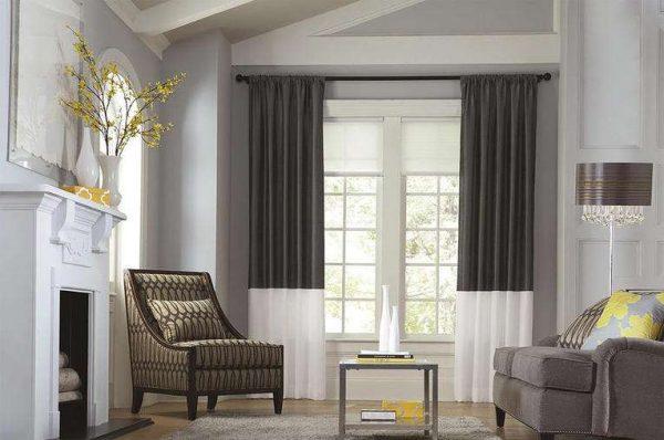 серые шторы с белым низом в интерьере гостиной