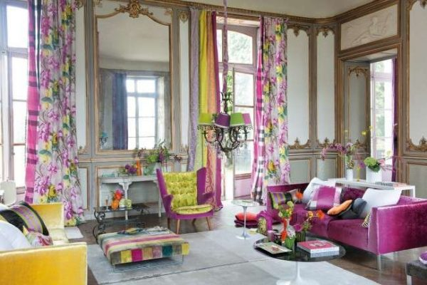 шторы с я рким принтом в интерьере гостиной