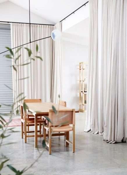 светлые шторы в интерьере гостиной с обеденным столом