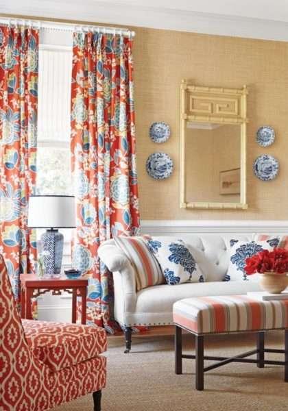шторы с цветочным принтом в современной гостиной