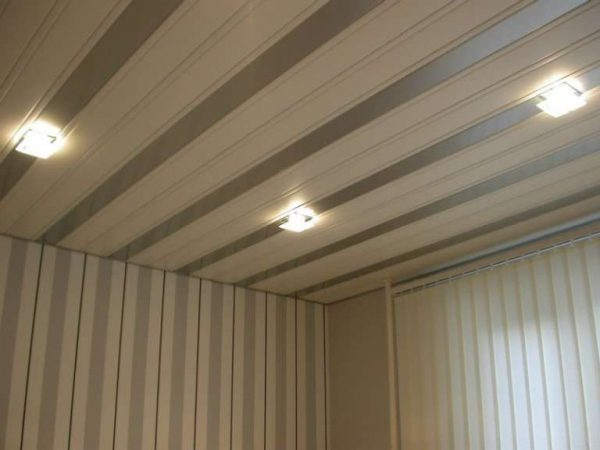 потолки из пластиковых панелей для коридора