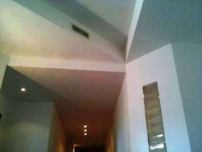 многоуровневый белый потолок из гипсокартона в коридоре