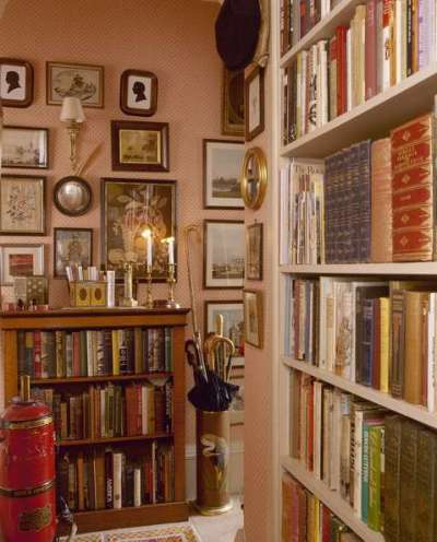 библиотека в прихожей в английском стиле