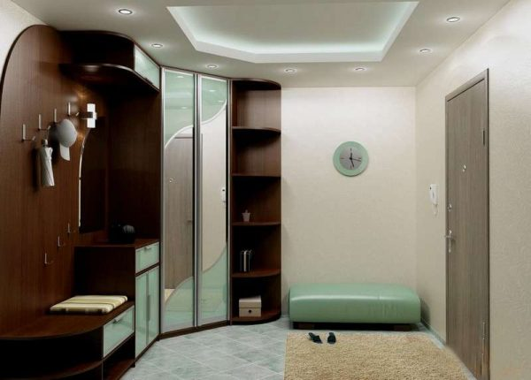 современная прихожая с угловым шкафом и многоуровневым потолком