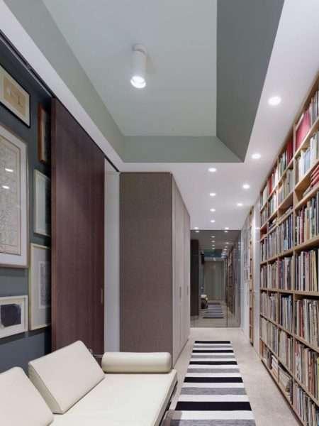 библиотека в прихожей