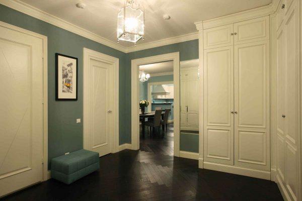 белая мебель в прихожей в квартире
