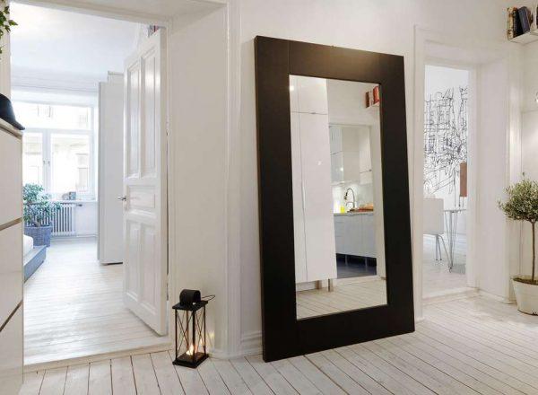 огромное зеркало в прихожей в скандинавском стиле