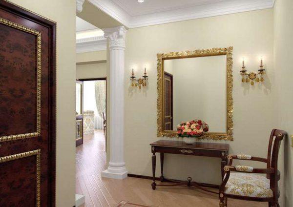 огромное зеркало в прихожей в стиле барокко