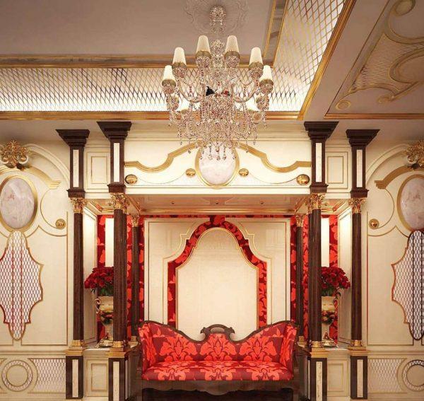 люстра с красным диваном в прихожей в стиле барокко