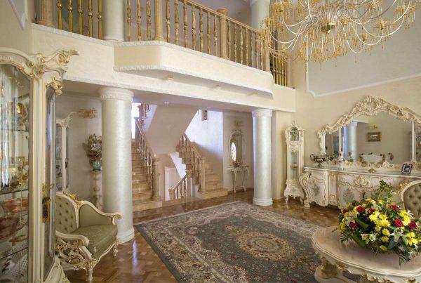 золотая отделка в прихожей в стиле барокко