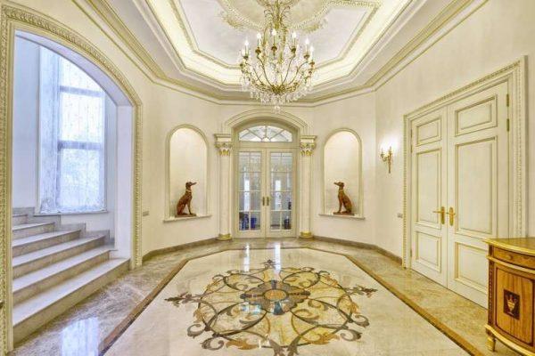 роскошный холл с мраморной отделкой в прихожей в стиле барокко