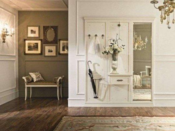 белый шкаф с вешалкой в прихожей в стиле барокко