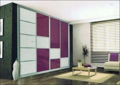 шкаф с фиолетовыми дверцами в гостиной в современном стиле