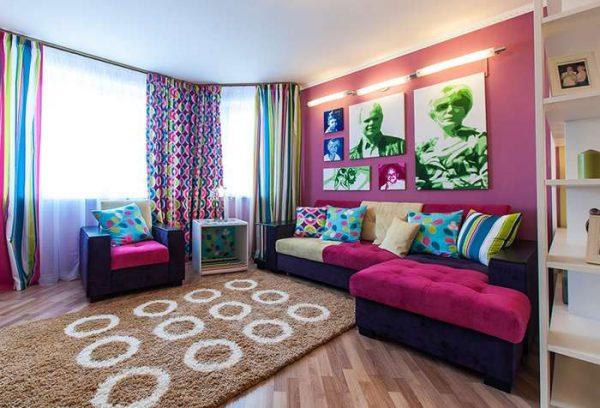 яркие сиреневые шторы в гостиной поп арт