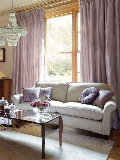 сиреневые шторы в гостиной с диваном