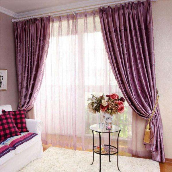 сиреневые шторы с подхватами в интерьере гостиной