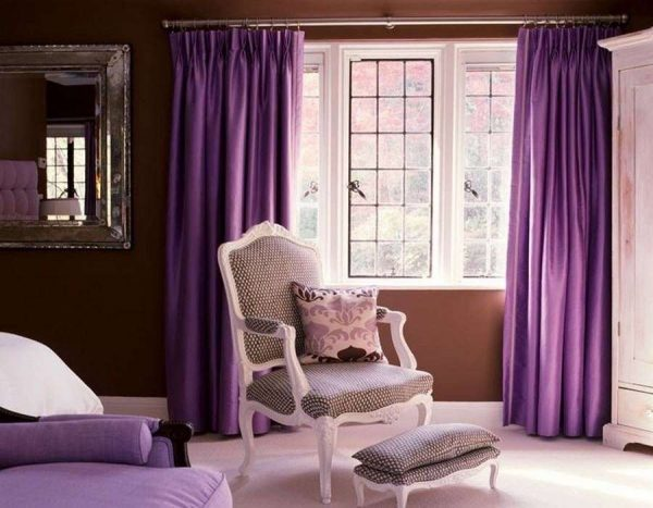 сиреневые шторы в гостиной с коричневыми стенами