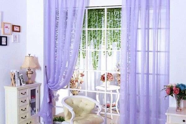 полупрозрачные сиреневые шторы в интерьере гостиной