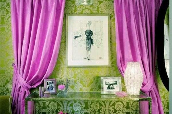 сиреневые шторы в интерьере гостиной с зелёными стенами