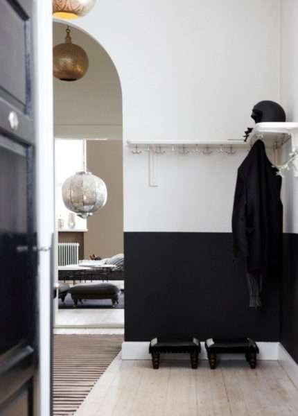 чёрно-белые стены в интерьере прихожей в квартире