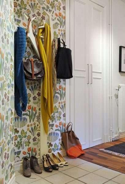 интерьер прихожей в квартире с обоями на стенах