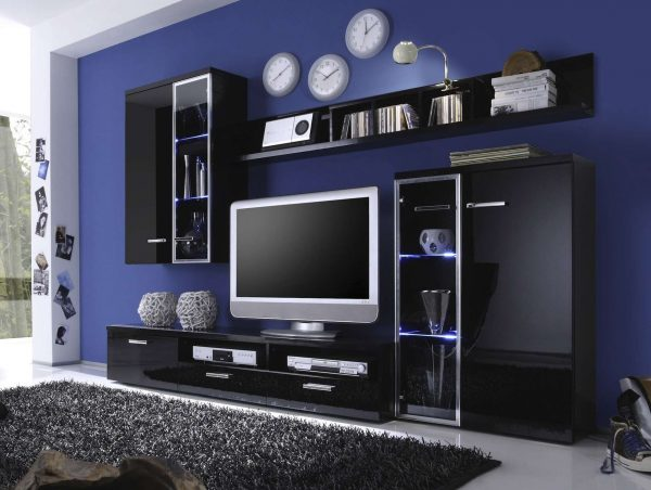 стенка под телевизор в гостиную с фиолетовой стеной