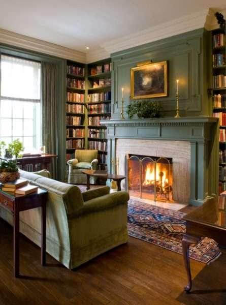 угловые полки с книгами в гостиной