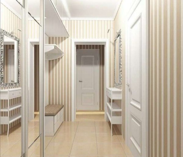 зеркальные дверцы шкафчика в прихожей
