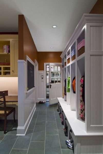 белый шкаф в узкой прохожей