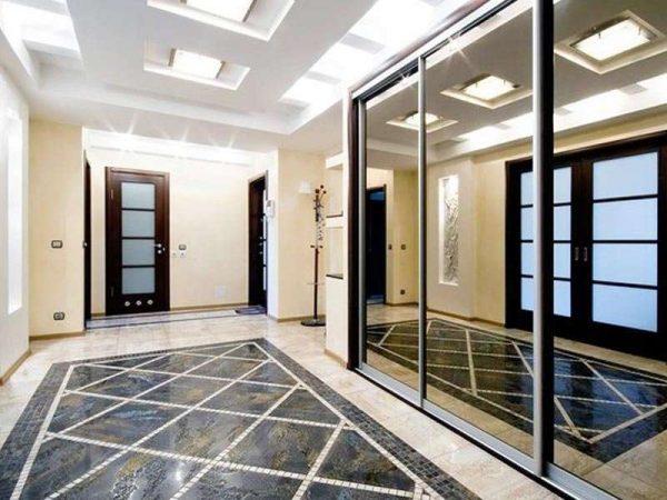 зеркальная поверхность дверей шкафа в прихожей по фен шуй