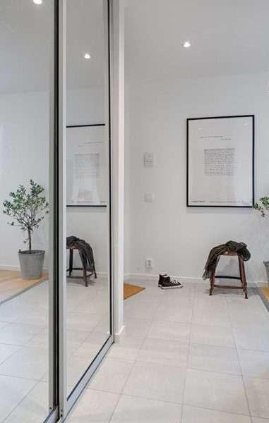 зеркало на дверях шкафа купе в коридоре