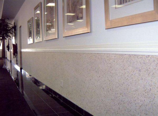 жидкие обои в виде панелей в коридоре