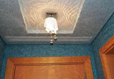 синие жидкие обои в коридоре на стенах и потолке