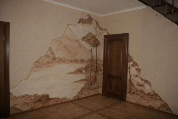 рисунок из жидких обоев в коридоре