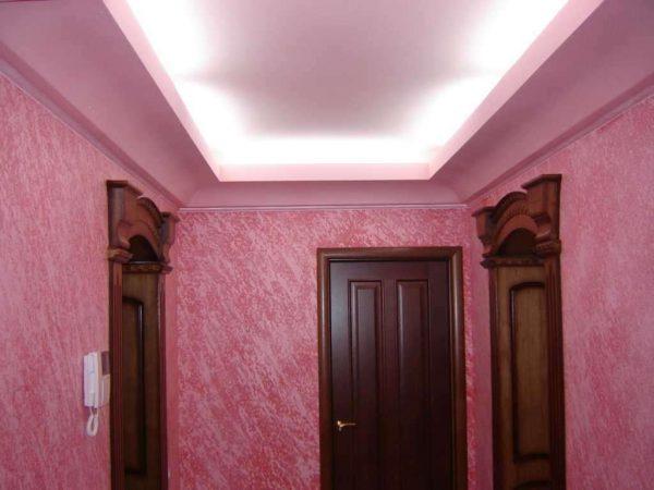 фиолетовые жидкие обои в коридоре