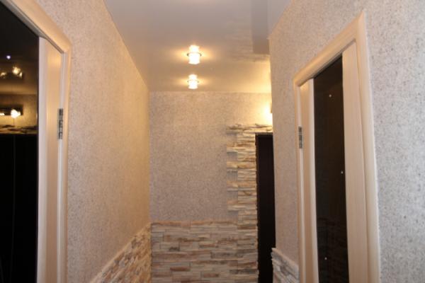 светлобежевые жидкие обои в коридоре