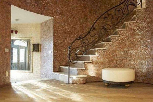 коричневые жидкие обои в коридоре