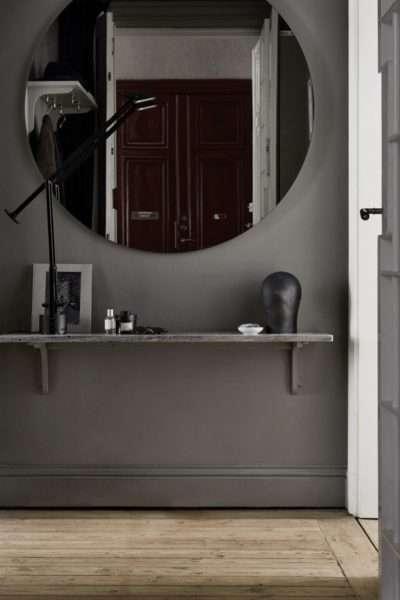 круглое зеркало в коридоре панельного дома