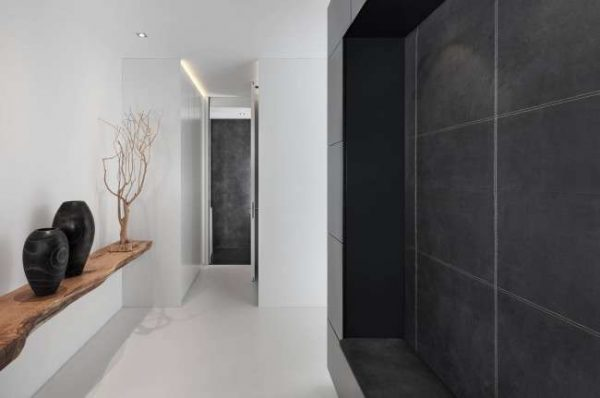 чёрно-белый интерьер в коридоре панельного дома
