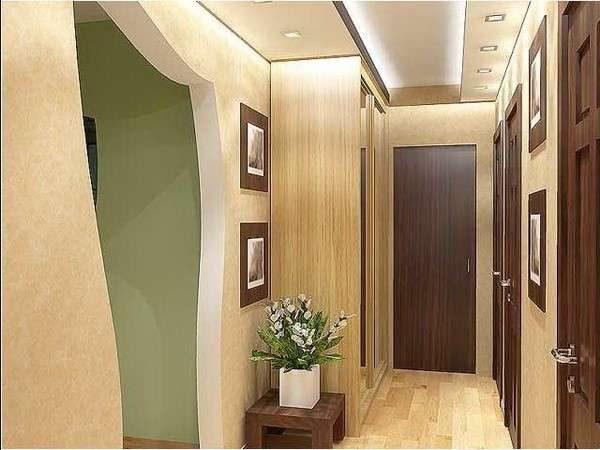 фигурная дверь в коридоре панельного дома